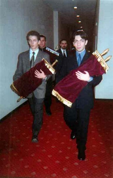 1999: Moscow Hillel students receive Torahs returned to the community